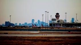 Rij van vliegtuigen bij een luchthaventerminal stock afbeelding