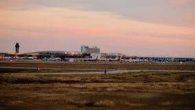 Rij van vliegtuigen bij een luchthaventerminal stock foto's