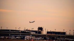 Rij van vliegtuigen bij een luchthaventerminal stock foto