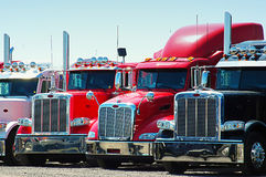 Rij van vrachtwagens Stock Foto