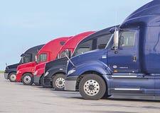 Rij van vrachtwagens royalty-vrije stock afbeelding