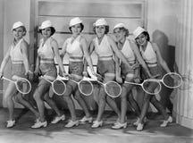 Rij van vrouwelijke tennisspelers in de aanpassing van uitrustingen (Alle afgeschilderde personen leven niet langer en geen landg royalty-vrije stock afbeelding