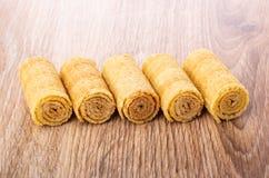 Rij van wafeltjebroodjes op houten lijst stock fotografie