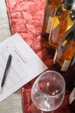 Rij van Wijnflessen met Glazen en een Proevende Vorm Royalty-vrije Stock Foto's