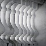Rij van witte balusters Stock Fotografie