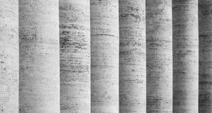 Rij van witte travertijnkolommen Colonnade van St Peters Square in de Stad van Vatikaan stock foto's