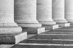 Rij van witte travertijnkolommen Colonnade van St Peters Square in de Stad van Vatikaan stock foto
