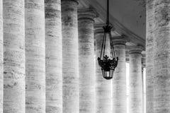 Rij van witte travertijnkolommen Monumentale Dorische colonnade van St Peters Square in de Stad van Vatikaan stock foto's