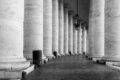 Rij van witte travertijnkolommen Monumentale Dorische colonnade van St Peters Square in de Stad van Vatikaan stock afbeeldingen