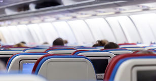 Rij van zetels met monitors binnen van vliegtuigen Stock Fotografie