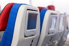 Rij van zetels met monitors binnen van vliegtuigen Royalty-vrije Stock Foto
