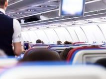 Rij van zetels met monitors binnen van vliegtuigen Stock Afbeeldingen
