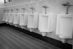 Rij witte urinoirs in de badkamers van mensen Royalty-vrije Stock Foto's