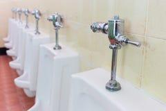 Rij witte urinoirs in de badkamers van mensen Royalty-vrije Stock Fotografie