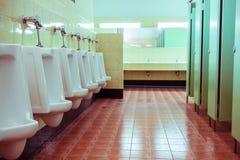 Rij witte urinoirs in de badkamers van mensen Royalty-vrije Stock Afbeelding