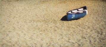 Rijboot op het zand stock afbeelding