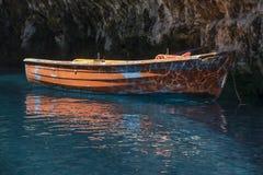 Rijboot wordt gebruikt om reizen binnen het Melissani-Meerhol Kefalonia te leiden die Royalty-vrije Stock Foto's