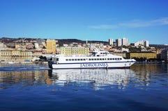 Rijeka, Κροατία, στις 20 Ιανουαρίου 2019 Το καταμαράν που πλέει στο λιμάνι πόλεων στοκ φωτογραφία με δικαίωμα ελεύθερης χρήσης