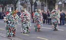 Rijeka, Κροατία, στις 3 Μαρτίου 2019 Οι άνθρωποι σε καρναβάλι παρελαύνουν με τις μάσκες που γίνονται από τα δοχεία των ποτών στοκ εικόνα με δικαίωμα ελεύθερης χρήσης