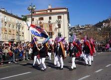 Rijeka, Chorwacja, Marzec 3rd, 2019 Grupa zamaskowani mężczyźni przy karnawałową paradą z chorwacji flagą fotografia stock