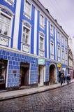 RIJEKA, CROÁCIA - rua principal típica de cidade pequena na Croácia fotos de stock royalty free