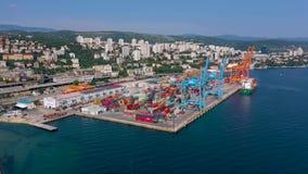 Rijeka, Croazia - maggio 2019: Colpo del fuco di vista aerea della porta della città di Rijeka sulla riva di mare adriatica stock footage