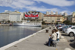rijeka för stadshamnpromenad sikt arkivbild