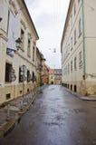 RIJEKA KROATIEN - huvudsaklig gata för typisk liten stad i Kroatien Royaltyfri Foto