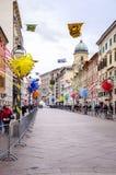 RIJEKA KROATIEN - MARS 02: den huvudsakliga gatan under karnevalet ståtar i Rijeka, Kroatien på mars Royaltyfria Bilder