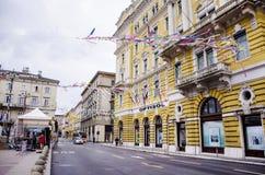 RIJEKA KROATIEN - MARS 02: den huvudsakliga gatan under karnevalet ståtar i Rijeka, Kroatien på mars Fotografering för Bildbyråer