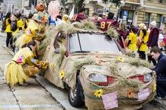 RIJEKA KROATIEN - MARS 02: ungdomarsom förbereder deras bil för den årliga karnevalet, ståtar i Rijeka, Kroatien Arkivfoto
