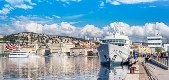 Rijeka Kroatien: Sikt av den Rijeka hamnen Fotografering för Bildbyråer