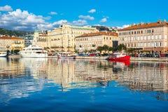 Rijeka Kroatien: Sikt av den Rijeka horisont och hamnen Royaltyfri Bild