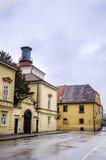 RIJEKA KROATIEN - typisk huvudsaklig gata med antika byggnader i Kroatien Arkivfoto