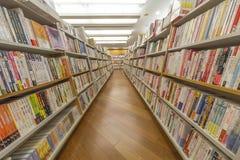 Rijen en boekenrekvertoning in een boekhandel Stock Fotografie