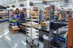 Rijen met producten in Walmart Walmart Inc is een Amerikaans multinationaal kleinhandelsbedrijf stock afbeeldingen