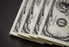 Rijen van Amerikaanse dollarsbankbiljetten in dichte omhooggaande mening stock fotografie