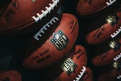 Rijen van Amerikaanse voetbalballen in NFL-Ervaring in Times Square, New York stock foto's