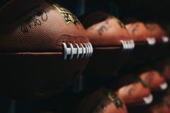 Rijen van Amerikaanse voetbalballen in NFL-Ervaring in Times Square, New York, de V.S. royalty-vrije stock foto's