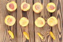 Rijen van de helften van perzik en plakken van perzik stock fotografie