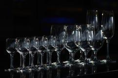 Rijen van de lege wijnglazen die naar unsharpness gaan Royalty-vrije Stock Afbeelding