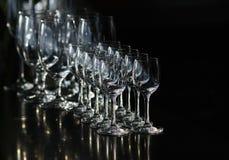 Rijen van de lege wijnglazen en de lege glazen voor wodka Stock Fotografie