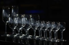 Rijen van de lege wijnglazen en de lege glazen voor wodka Stock Afbeelding