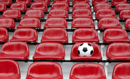 Rijen van de rode zetels van het voetbalstadion met aantallen Stock Foto's