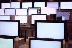 Rijen van de tribune van plasmaTVs op planken Royalty-vrije Stock Foto's