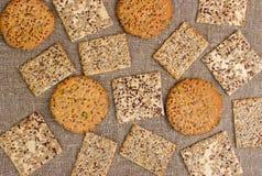 Rijen van diverse zandkoek en haverkoekjes stock afbeelding