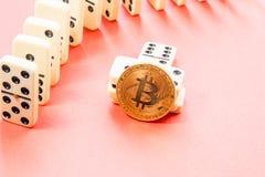 Rijen van Domino's met bitcoin stock afbeeldingen