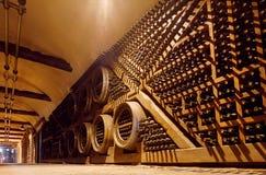 Rijen van eiken vaten en flessen binnen de reusachtige Wijnmakerij van kelderkhareba met koude ondergrondse tunnel Royalty-vrije Stock Fotografie