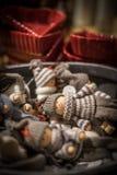 Rijen van feestelijk Kerstmisspeelgoed bij de marktplank Stock Foto
