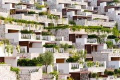 Rijen van flatgebouwen met koopflats en balkons Stock Foto's